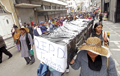 Gremialistas carry a cardboard casket in memory of Teodora Velasco de Quispe. (Photo appeared in Cambio, February 14)